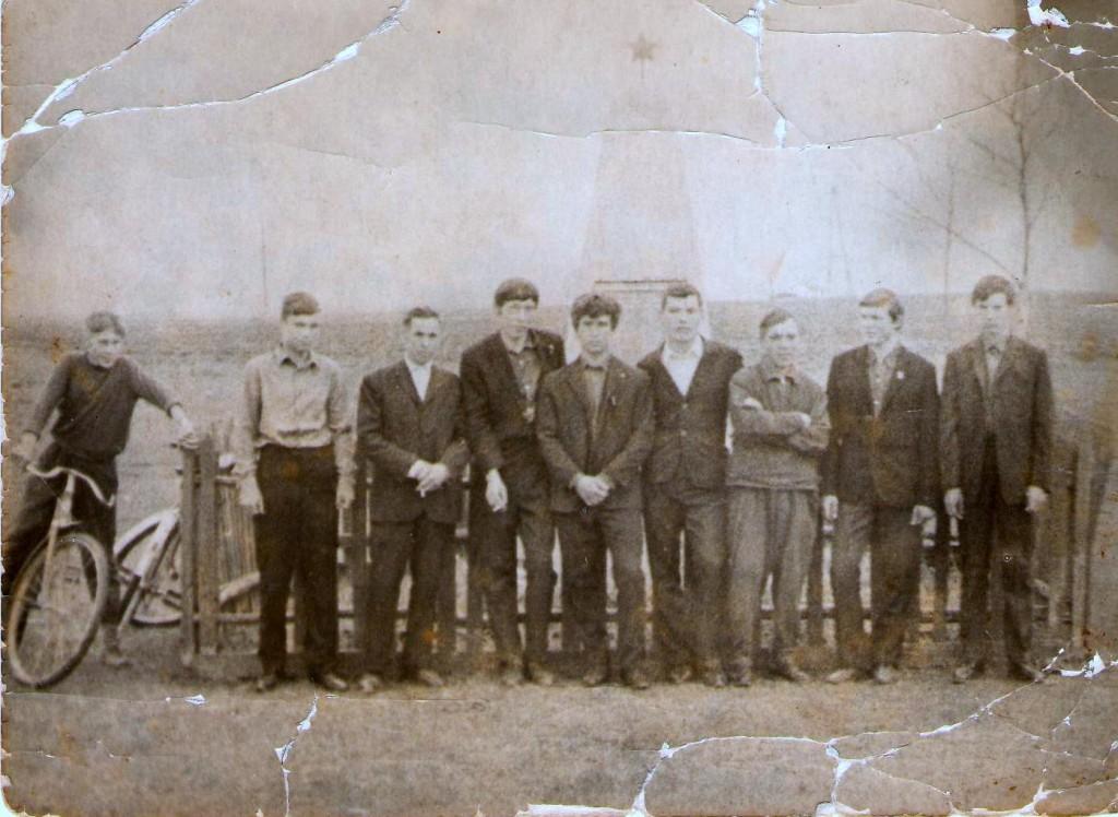 Фото около памятника рядом с Семенчинским клубом - начало 70-х гг. 20 века