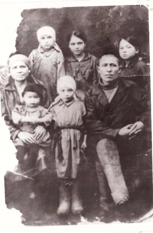 Семья Мироновых до войны 1934 год Отец - Иван Иванович, мать – Пелагея (слева направо) Нина, Галя, Валя, на руках у мамы Маня, рядом Тамара.