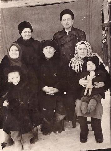 Семья Мироновых после войны 1957 год Отец, мать, сестра Галя, брат Гера, Нина с дочерью Ларисой, сын сестры Тамары Владимир