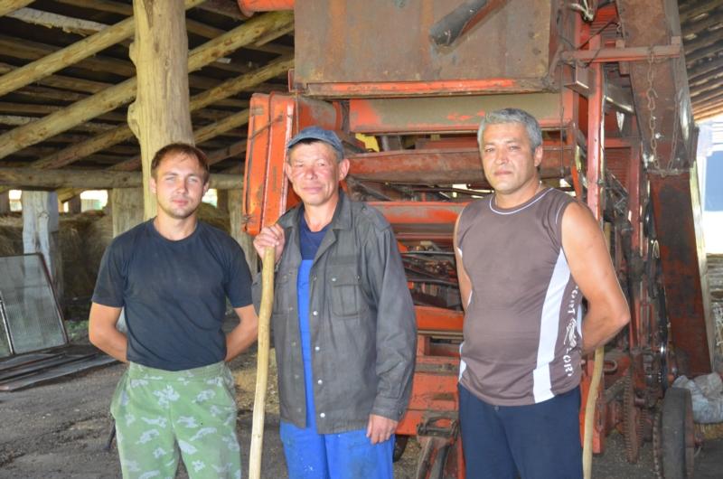 На снимке: водитель Лев Яковлев, рабочий Андрей Долгов и управляющий Алексей Судаков
