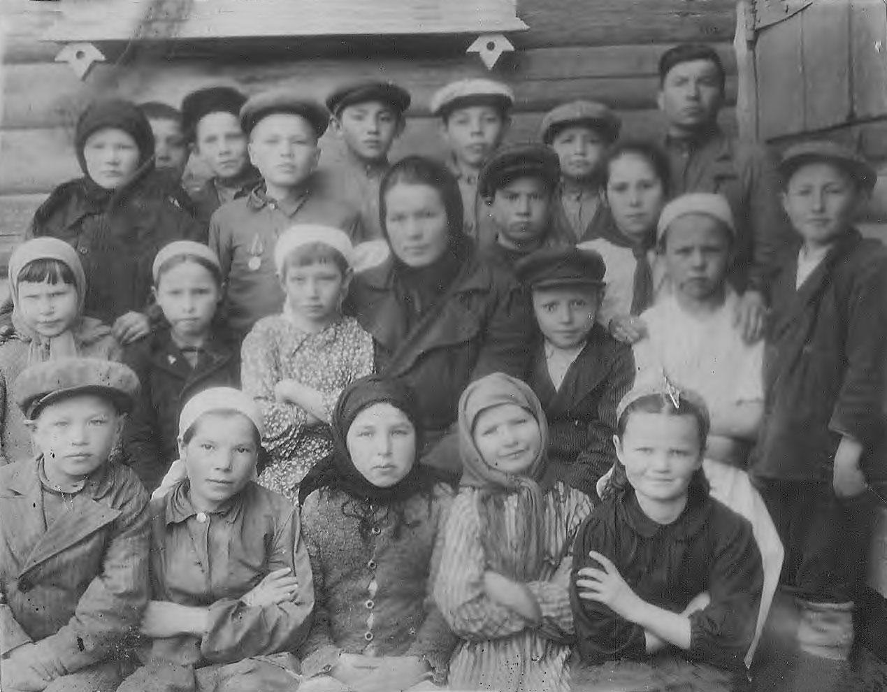 Фото учащихся 1933-1934 годов рождения Семенчинской 7-летней школы с учителями